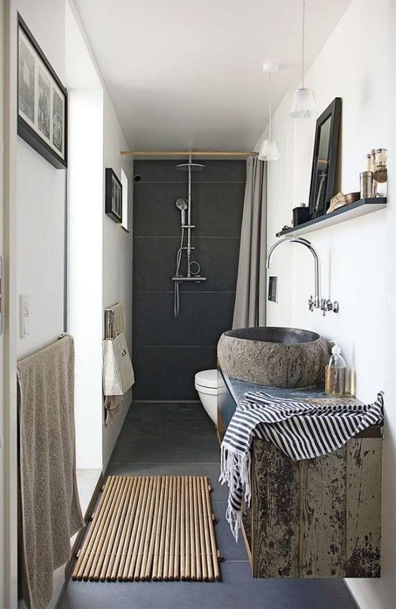 kleines badezimmer modern gestalten im vinatge stil mit hängewaschtischschrank und pendellampen über wandregal mit spiegel