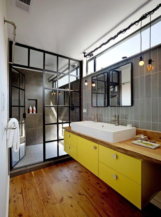 kleines badezimmer modern im vintage stil einrichten mit pendellampen und metalfenterrahmen schwarz