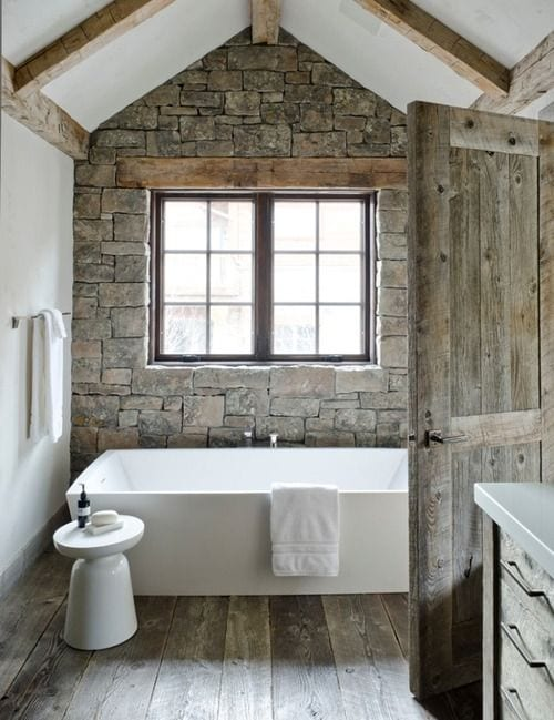 kleines badezimmer im vintage stil einrichten mit holzwaschtischschrank und holzdiele