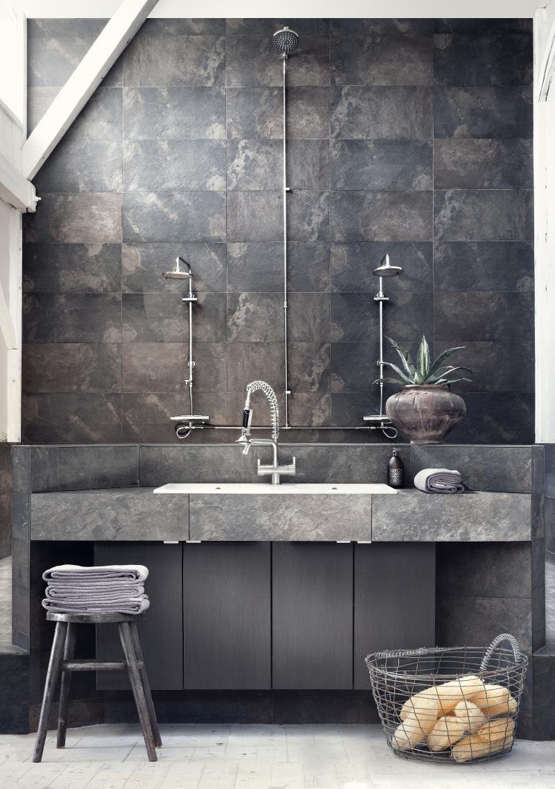 vintage badezimmer design mit grauen natursteinfliesen und kreative wandgestaltung mit drei duschköpfen