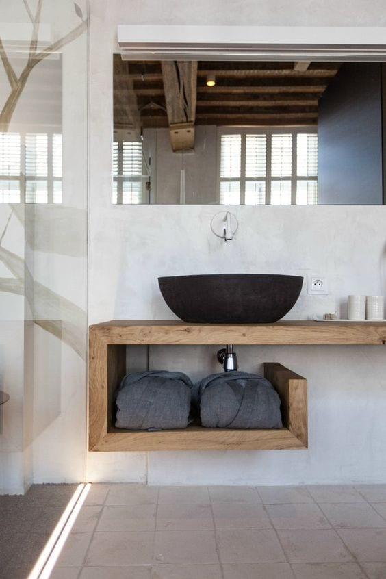 badezimmer modern im vintage stil einrichten mit Vintage-hängewaschtisch aus holz und steinbodenbelag