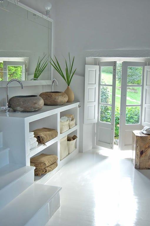 badezimmer weiß im vintage stil einrichten mit poliertem fußboden weiß und runden waschbecken aus stein auf betonwaschtischschrank weiß