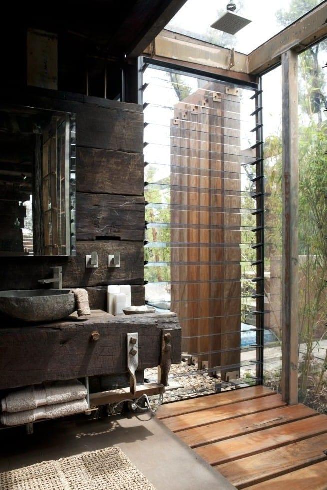 badezimmer moder und vintage einrichten mit holz und außendusche mit drehebaren glasementen und dachverglasung