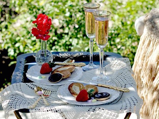 Valentinstag_Valentinstag Ideen für Frühstück mit Erdbeeren als Überraschung zum Valentinstag