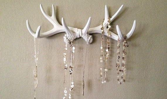 Vintage Wanddeko mit weißen Hirschgeweihen als kreative Schmuckhalterung