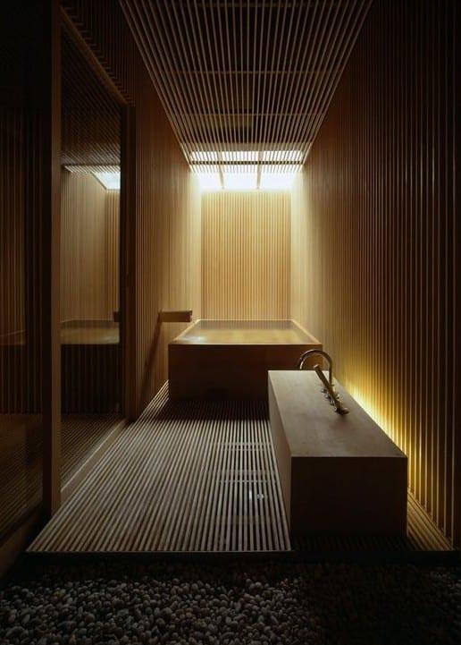 moderne badezimmer mit japanischer badewanne aus holz und moderner waschtischanlage aus holz
