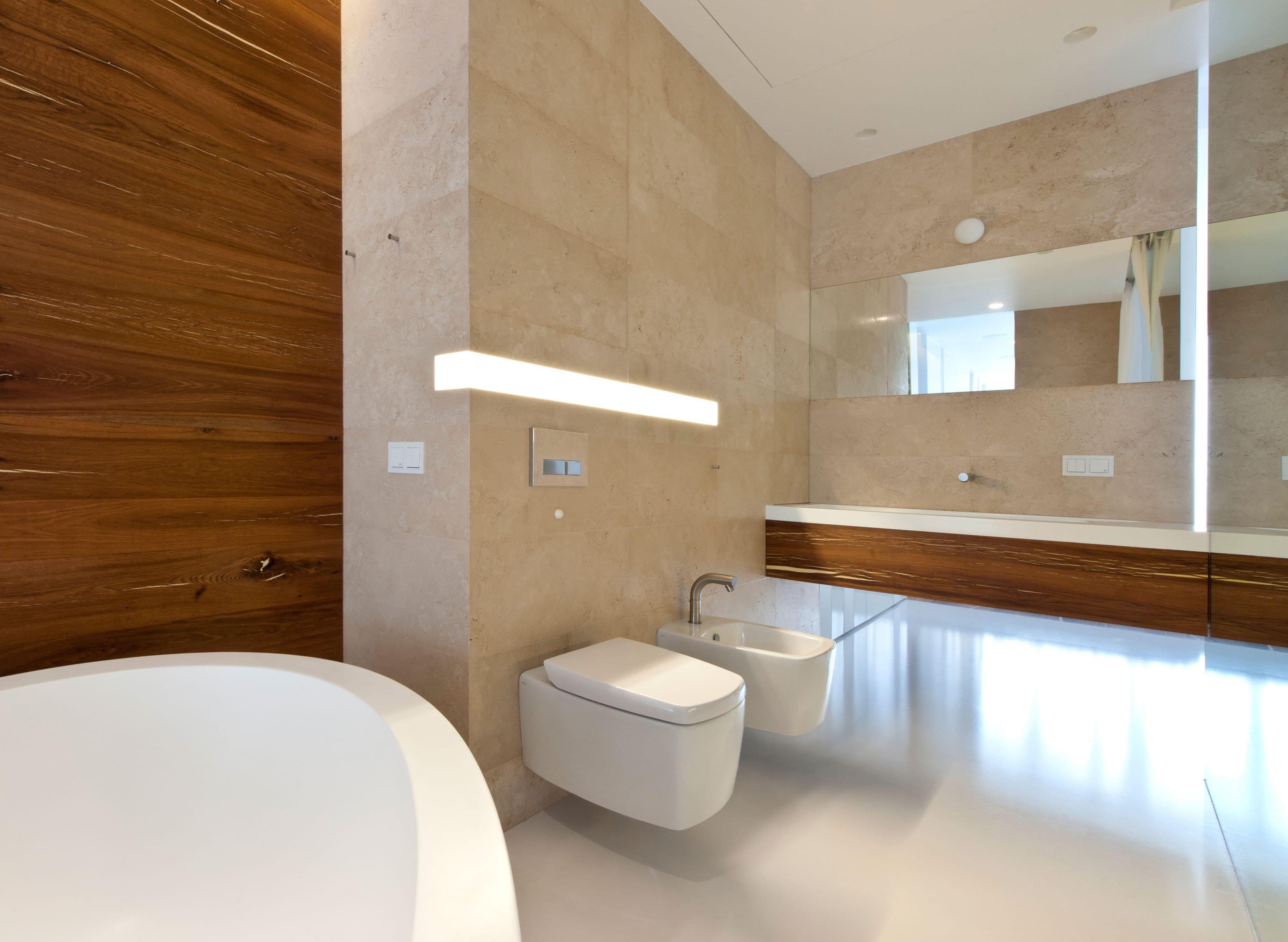 inspiration für moderne badezimmer mit wandhänge-waschtischschrank aus holz und indirekter beleuchtung unter waschtisch und als wandeckleuchte