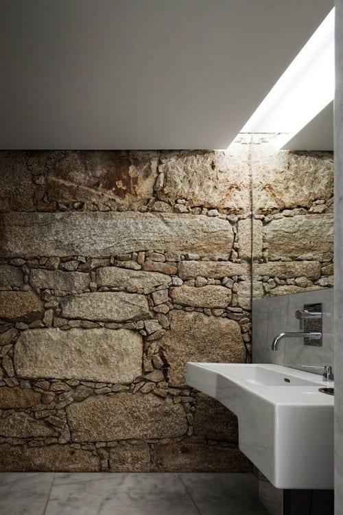moderne badezimmer mit bruchsteinmauer und einbaudeckenleuchte als inspiration für kleine bäder