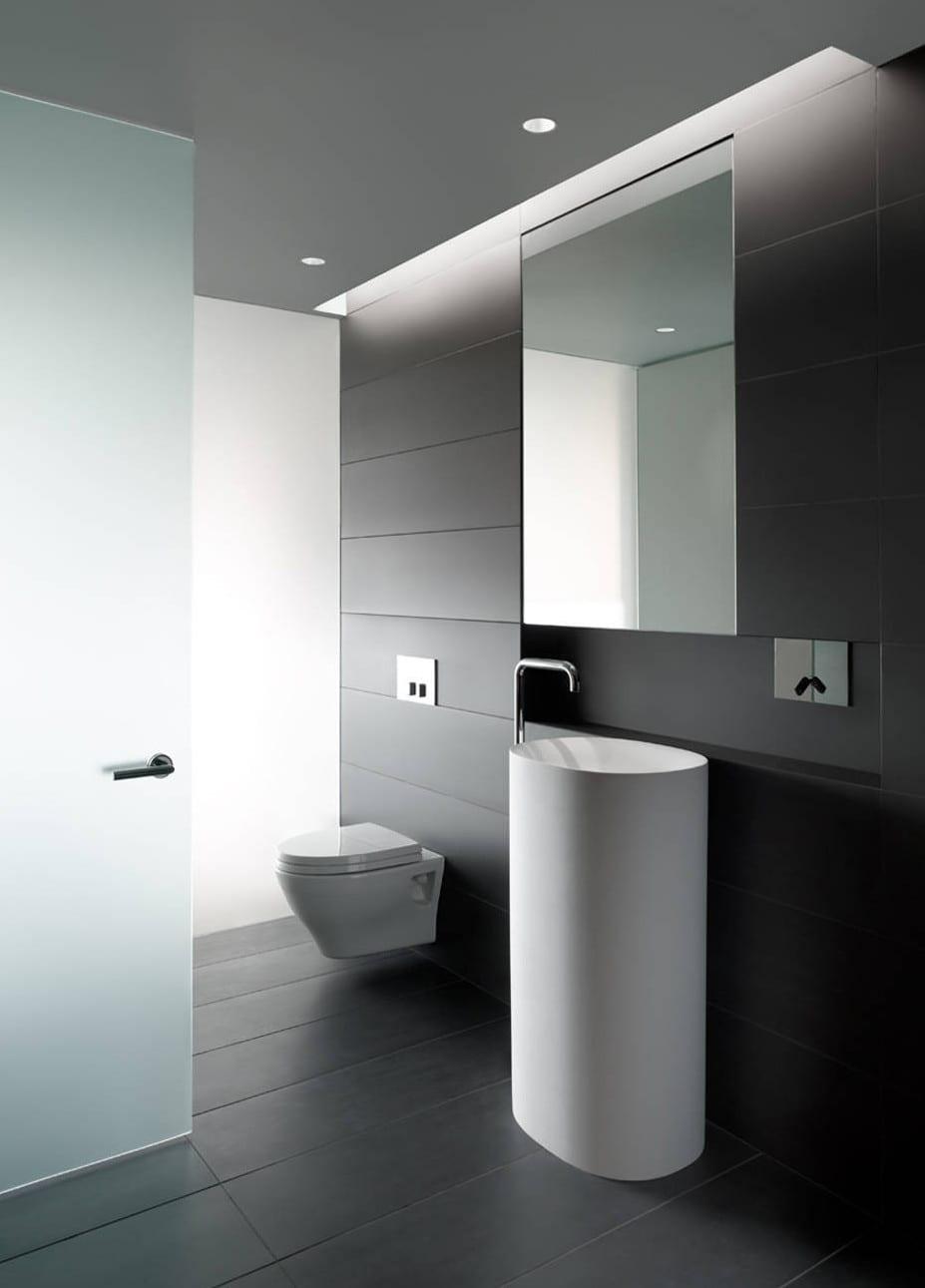 badezimmer design in schwarz mit weißen sanitärmöbeln und indirekter raumbeleuchtung durch opake verglasung