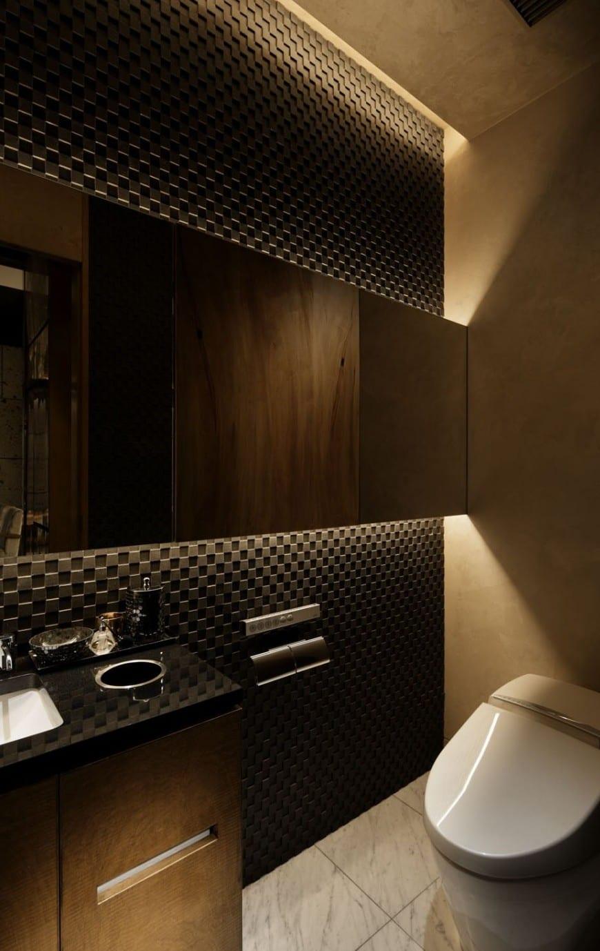 moderne badezimmer gestalten mit schwarzen wandpaneelen und indirekter deckenbeleuchtung über wandhängespiegel