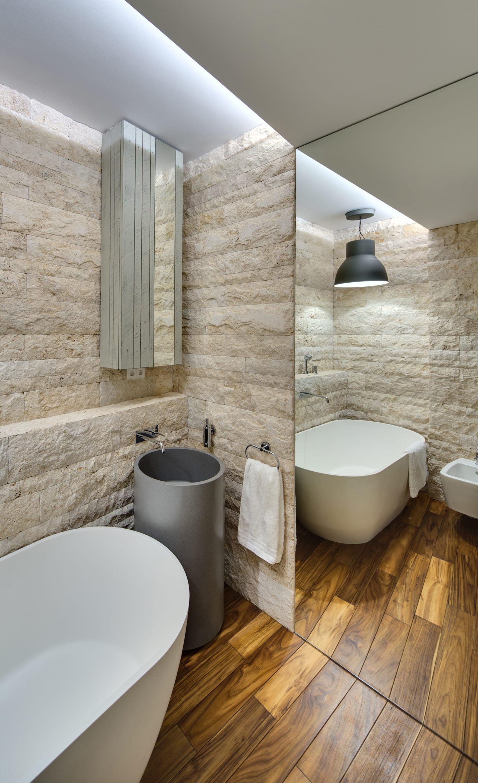 kleines bad ideen mit wandspiegel und hellen kalksteinplatten_modernes badezimmer design gestalten durch indirekter deckenbeleuchtung