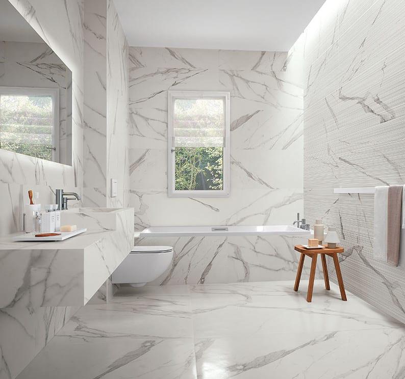 moderne badezimmer in weiß mit bodenfliesen und wandfliesen aus weißem marmor