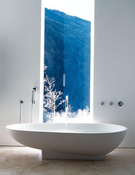 kreative wandgestaltung und lichtgestaltung im bad durch eingebauter lichtbänder