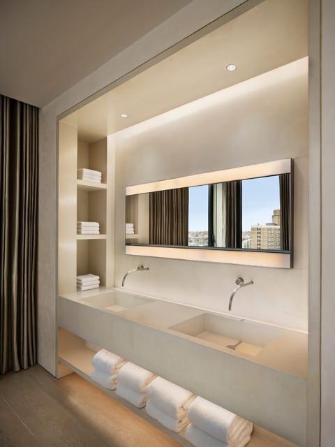 bäder ideen für moderne badgestaltung mit holzfußboden und waschtischanlage aus beton mit indirekter deckenbeleuchtung und eingebaiter spiegelbeleuchtung