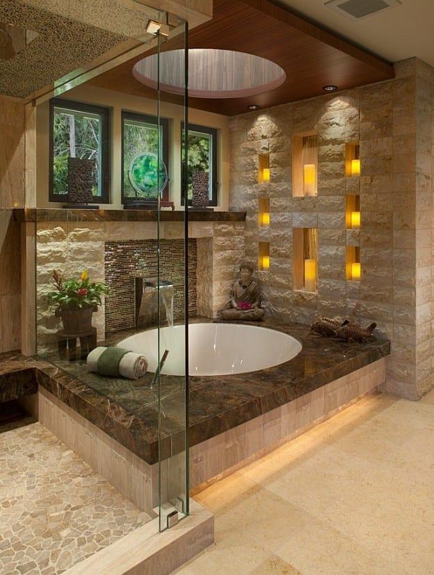 badideen für moderne badgestaltung mit naturstein und fenster im bad