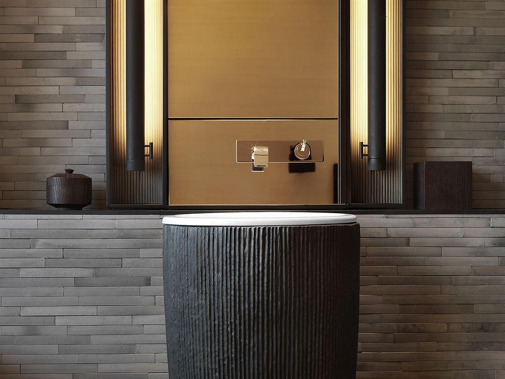 badezimmer ideen für moderne badgestaltung mit wandleuchten und freistehendem waschbecken