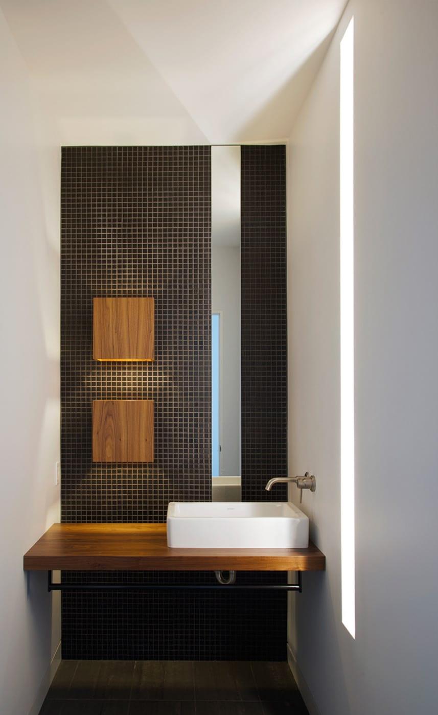 kleines bad ideen für beleuchtung mit tageslicht_kreative badgestaltung mit mosaikflisen braun und schmallem spigel beleuchtet mit zwei wandlampen aus holz