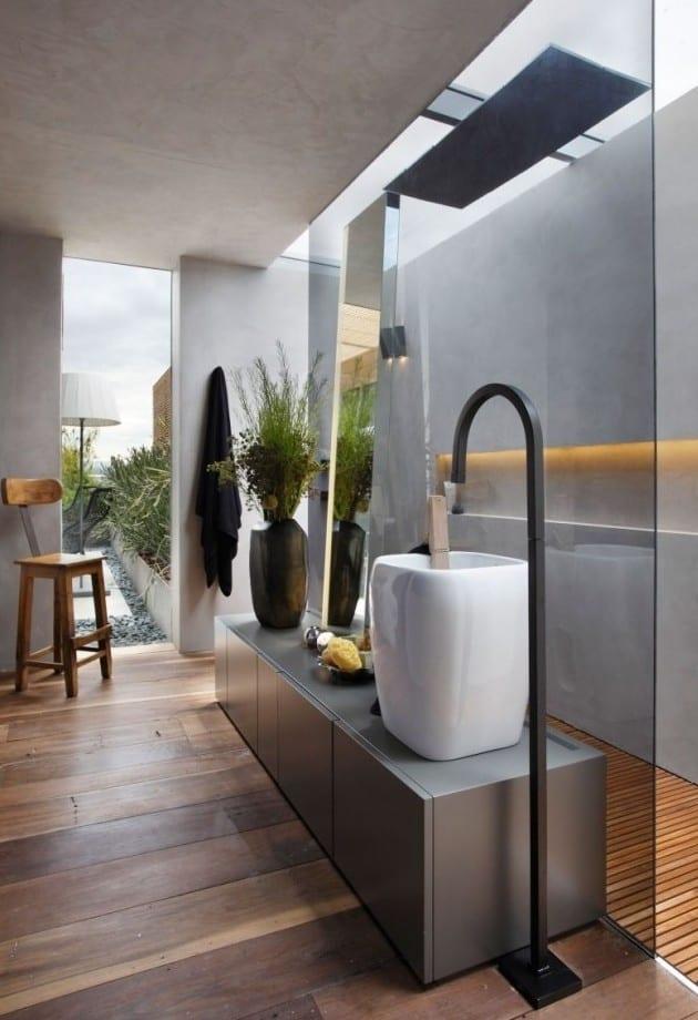 moderne badezimmer kreativ gestalten_badideen mit holzfußboden und dachverglasung über duschbereich