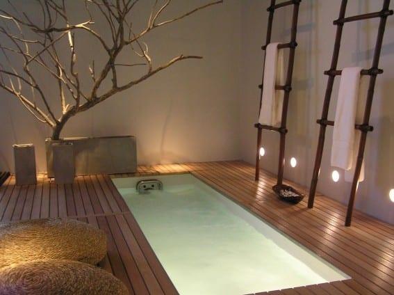 moderne badezimmer im japanischen stil mit holzfußboden und im boden eingebauter badewanne