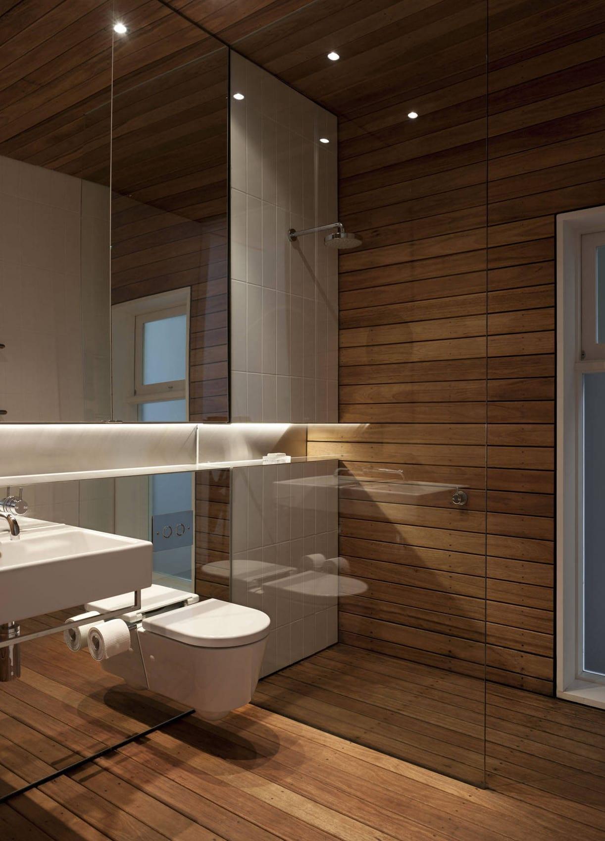 Bad modern gestalten mit spiegelwand und indirekt for Bad modern gestalten