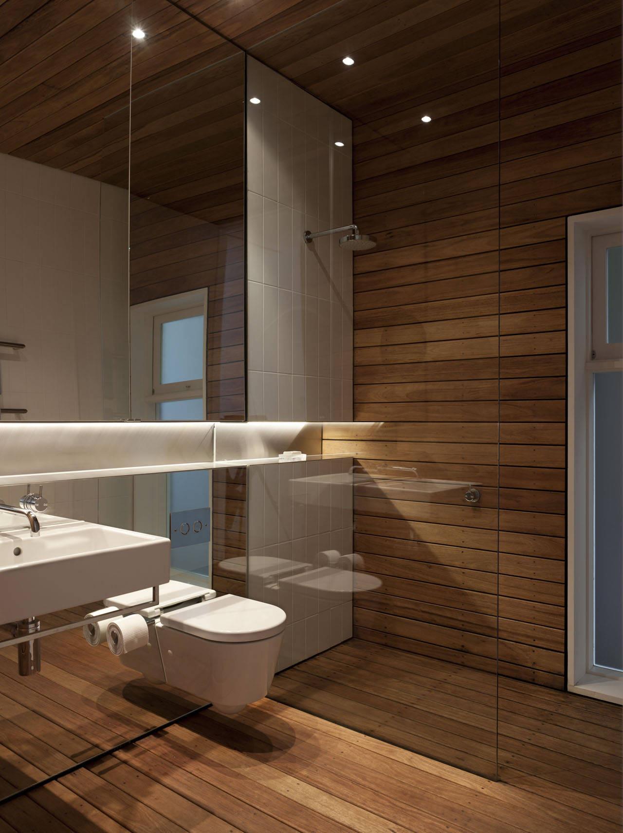 moderne badezimmer inspiration mit holzfußboden und holzwandverkleidung im duschbereich