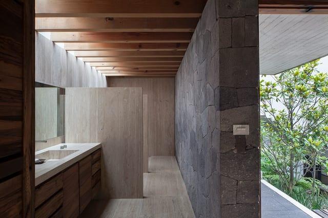 moderne badezimmer mit natürlichem tageslicht und naturmaterialien gestalten