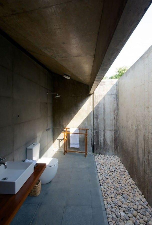 schöne bäder im außenbereich mit betonfußboden und waschrisch aus holz