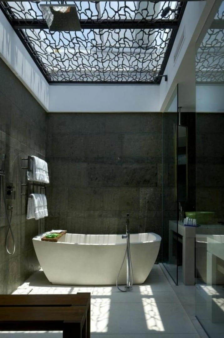kleine badezimmer als moderne badezimmer gestalten mit betonwänden und freistehender badewanne