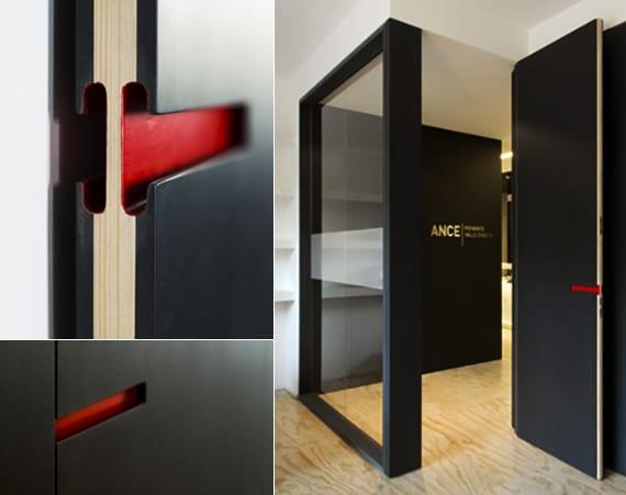 designinspiration für moderne Türe schwarz mit Schlitz in rot als türgriff
