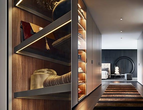 designinspiration für ankleide mit regalsystem aus glas und eingebaiter Beleuchtung