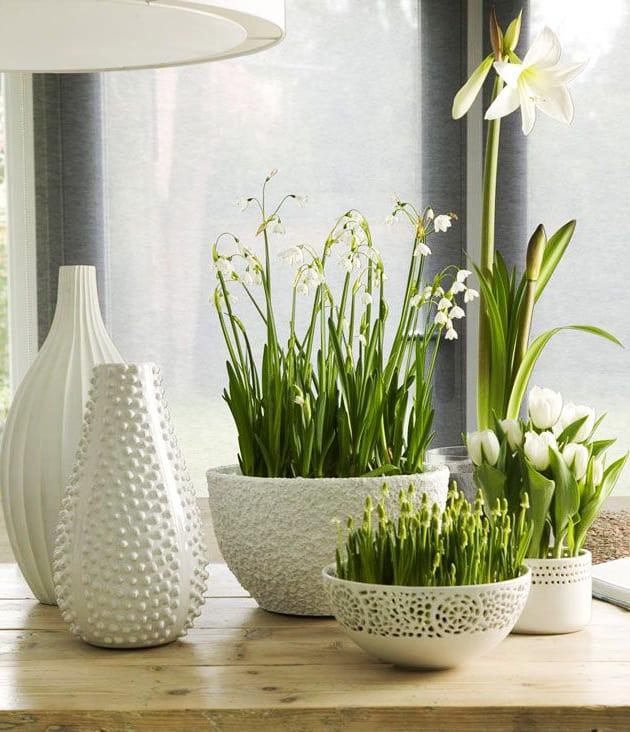 frühlingsdeko ideen in weiß für moderne tischdeko frühling mit tulpen und Maiglöckchen