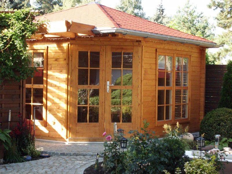 moderne gartenhäuser aus holz mit verglasung für gartengestaltung einer Ecke im garten