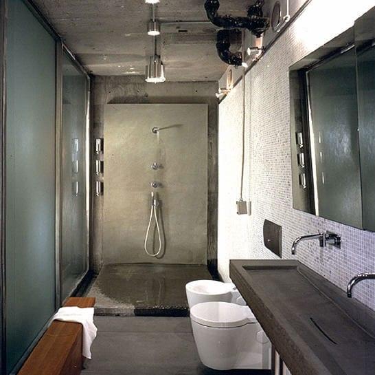 modernes badezimmer im vintage style mit duschbereich aus beton und wandgestaltung mit weißer mosaik und wandhänge-waschtisch aus beton