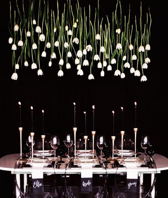 weiße tulpen als blumenschmuck über dem tisch als inspiration für moderne blumendeko hochzeit