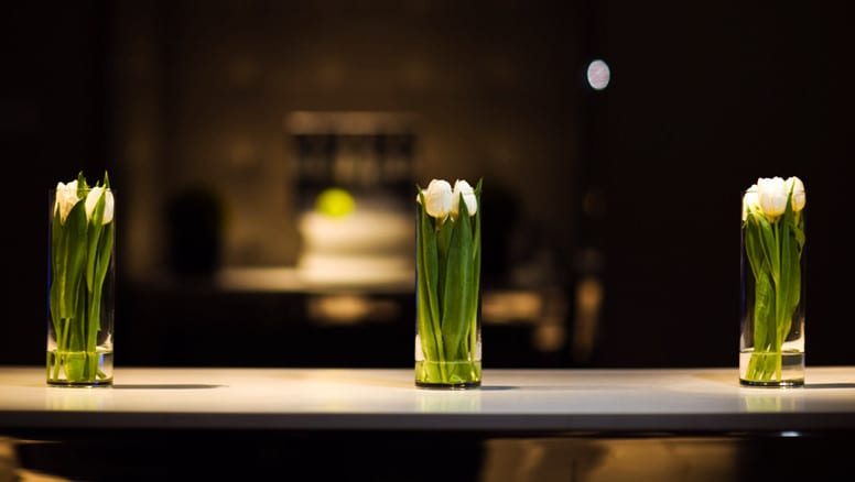 hochzeit deko ideen mit weißen blumen im glas als raffinierte tischdeko mit blumen