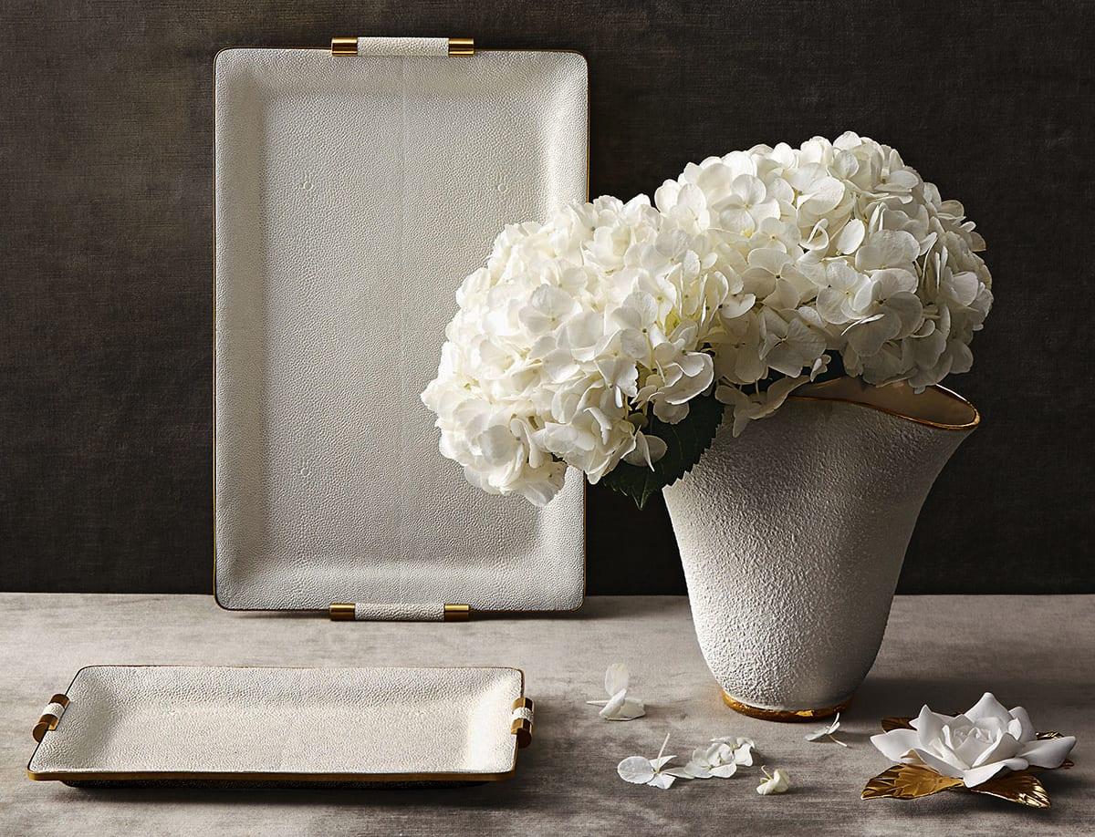 frühlingsdeko in weiß und grau mit weißen blumen in weißer vase