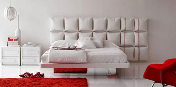 weiße kopfkissen als coole idee für kopfteil selber machen und für tolle wandgestaltung schlafzimmer mit modernem design in weiß und rot