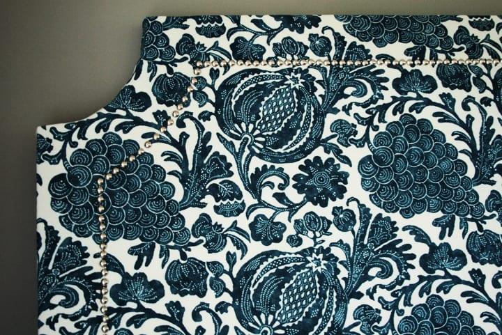 schlafzimmer design in blau und weiß gestalten mit diy Bett kopfteil gepolstert