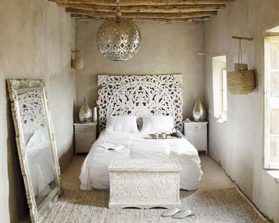 schlafzimmer inspiration für orientalisches schlafzimmer mit weißen nachttische und kopfteil aus geschnitztem Holz_schlafuimmer design mit Pendellampe und spiegelrahmen silber