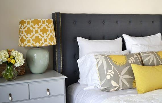 moderne schlafzimmer gestalten mit einem gepolstertem bett kopfteil_schlafzimmer dekorieren mit diy bett kopfteil blau und dekokissen grau und gelb