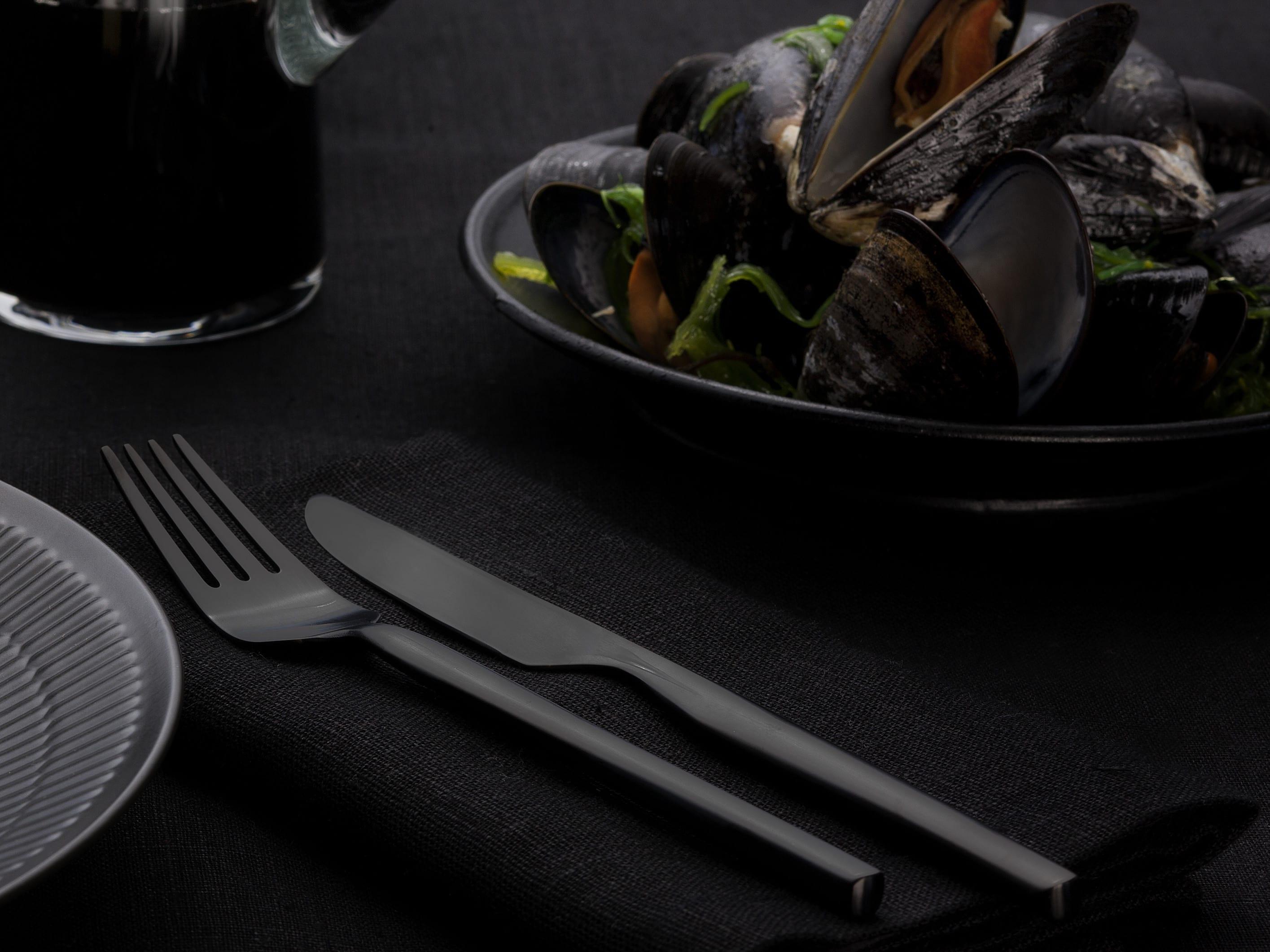 tisch richtig decken in schwarz mit schwarzem besteck