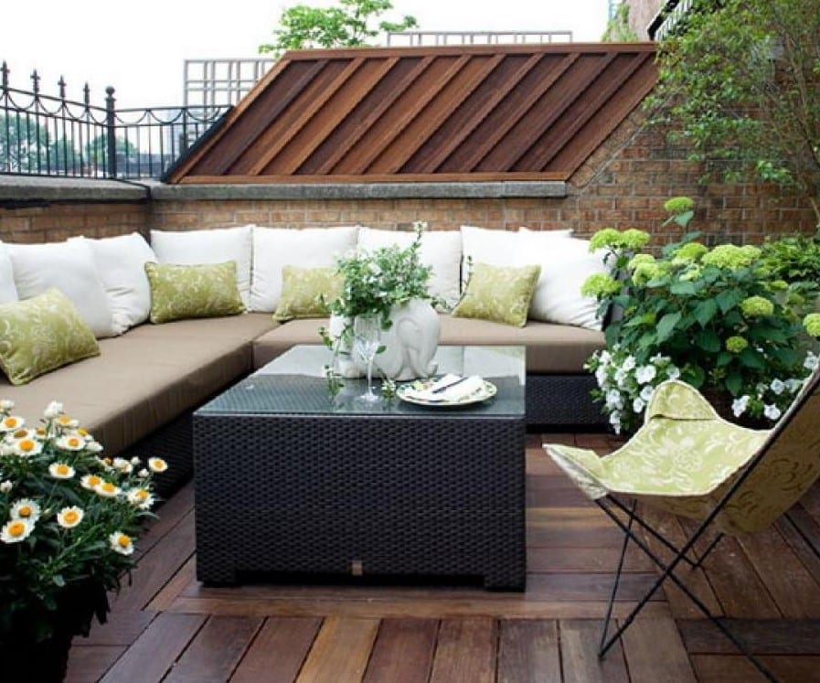 kleine roof top terrasse gestalten mit holzbodenbelag und rattan-sitzecke