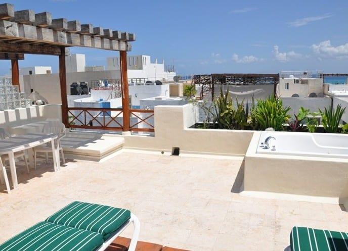 roof top in mediterranem stil mit holzüberdachung und whirlpool als inspiration für gestaltung dachterrasse
