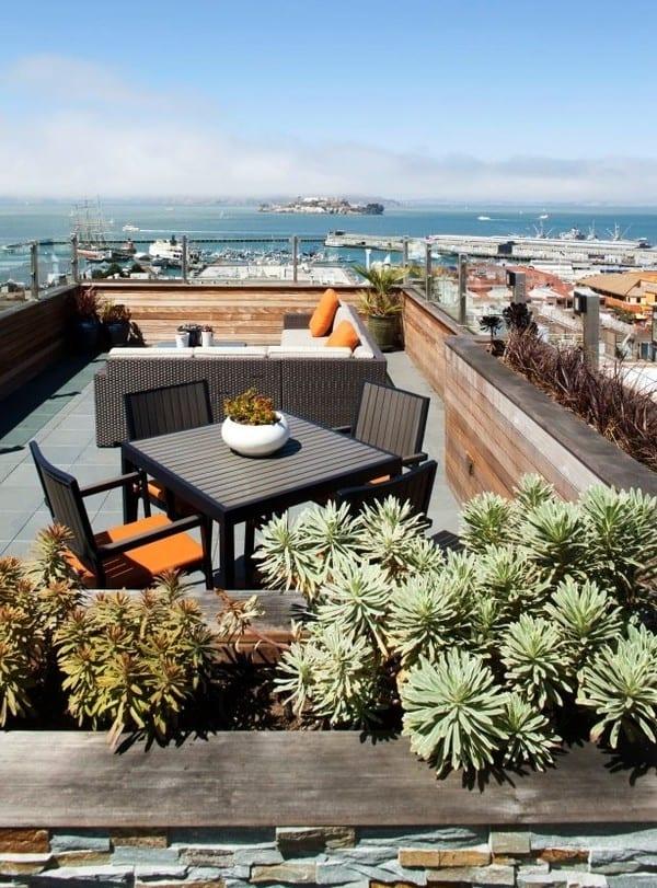 roof top terrasse einrichtung mit essplatz und sitzecke_dachterrasse gestalten mit blumenkübeln aus holz und fettpflanzen