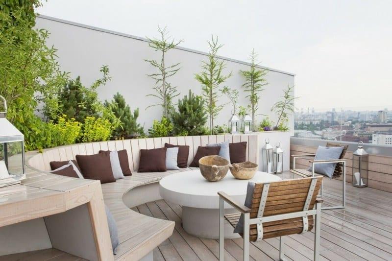 runde sitzecke mit rundem tisch für roof top terrasse mit holzdiele