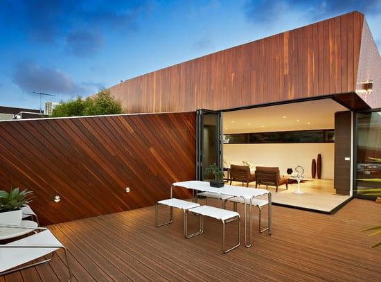 modernes haus mit dachterrasse holz_minimalistische roof top terrasse mit holzgartenmauer und eingebauten wandleuchten