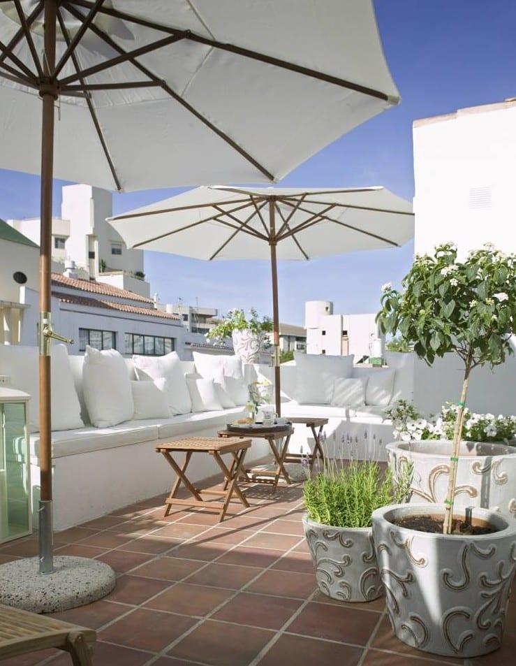 roof top terrassengestaltung mit klapptischen holz und sitzecke weiß als idee für kleine oase auf dachterrasse