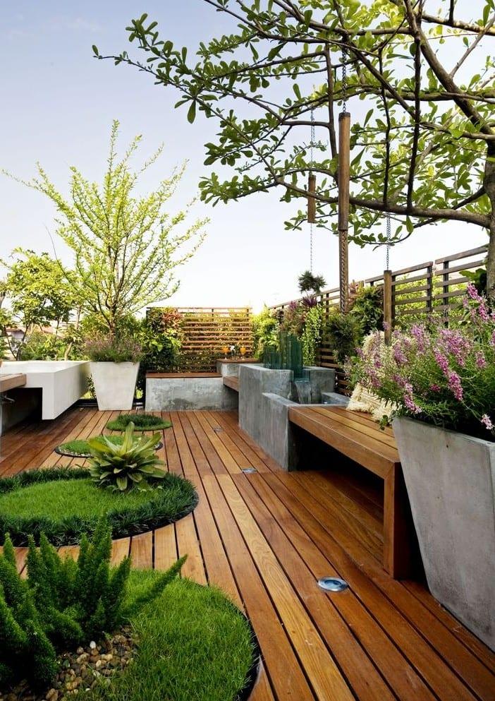 gartengestaltung ideen für dachterrasse mit holzdiele und sitzbänken aus beton und holz_roof top terrace design