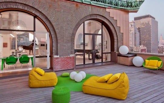 wohnung mit dachterrasse und bogenfenster_roof top terrasse mit holzdiele und modernen polster-terrassenmäbeln