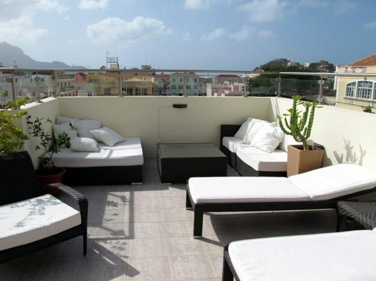 Gemütliche Terrassenestaltung Dachterrasse mit Pflanzen und Überdach